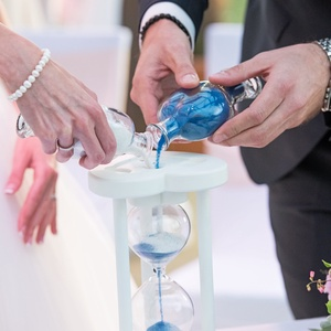 Fehér, romantikus, szív formájú fa homokóra esküvőre, Nászajándék, Emlék & Ajándék, Esküvő, Üvegművészet, Famegmunkálás, Egy különleges esküvői kellék, maradandó emlék, ajándék az igaz szerelmeseknek, ez a homokkal tölthe..., Meska