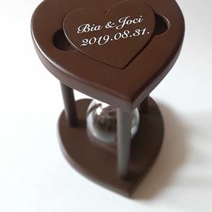 Csokoládébarna szív formájú fa homokóra esküvőre, Esküvő, Emlék & Ajándék, Nászajándék, Famegmunkálás, Üvegművészet, Egy különleges esküvői kellék, maradandó emlék, ajándék az igaz szerelmeseknek, ez a homokkal tölthe..., Meska