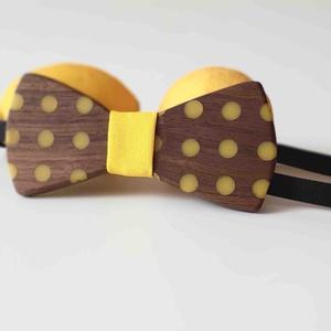 Diófa csokornyakkendő sárga pötyökkel, Esküvő, Férfiaknak, Táska, Divat & Szépség, Ruha, divat, Famegmunkálás, Tömör diófa csokornyakkendő sárga pöttyökkel, közepén citromsárga anyaggal díszítve.\n\nEgy sajátos, m..., Meska