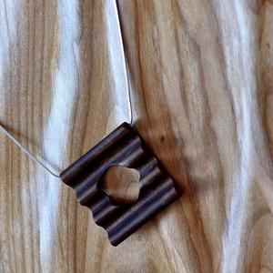 Minimál design medál diófából, diófa dobozában, Ékszer, Esküvő, Medál, Táska, Divat & Szépség, Famegmunkálás, Íme egy másik, minimál design darabja hullámos medáljainknak. Diófából készült, középen kör alakú ki..., Meska