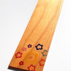 Cseresznyefa könyvjelző színes apró virágmintával, Otthon & lakás, Naptár, képeslap, album, Könyvjelző, Egyéb, Famegmunkálás,  Cseresznyefából készült színes virágmintás könyvjelző.\n\nAnyaga: 2 mm vastag tömör cseresznyefa, a m..., Meska