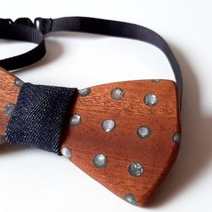 Mahagóni fa csokornyakkendő – ezüst pöttyök, Nyakkendő, Férfi ruha, Ruha & Divat, Famegmunkálás, Varrás, Egyetlen és egyedi.\n\nÍme Knot Filler sorozatunk egy újabb darabja. Mi is az a Knot Filler?\n\nEz egy o..., Meska