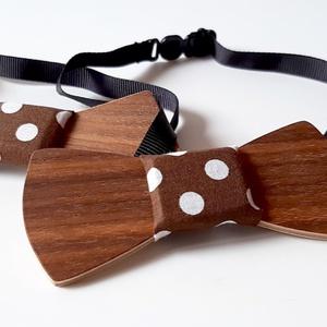 """Apa és Fia csokornyakkendő szett (barna pöttyös anyaggal), Apa-fia szett, Páros szett, Ruha & Divat, Famegmunkálás, Varrás, """"Apa és Fia"""" fa csokornyakkendő szett, közepén pöttyös anyaggal díszítve.\n\nIgazán sajátos kiegészítő..., Meska"""