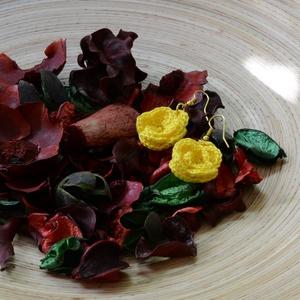 Horgolt sárga rózsa fülbevaló, Ékszer, Fülbevaló, Ékszerkészítés, Finom, babafonalból horgolt aprócska, horgolt sárga rózsa.\nHossza: 4 cm., Meska