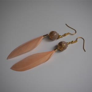 \'Indián\' ásvány fülbevaló holdkővel és tolldísszel, Lógós fülbevaló, Fülbevaló, Ékszer, Ékszerkészítés, \'Indián\' ásványfülbevaló, 12mm-es holdkővel és barack színű tolldísszel.\nHossza: kb. 10 cm...., Meska