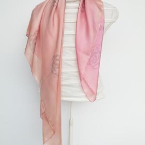 jó tapintású, saját tervezésű , rózsaszín-szürke  árnyalatú hernyóselyem  kendő, Táska, Divat & Szépség, Sál, sapka, kesztyű, Ruha, divat, Kendő, Sál, Selyemfestés, Kézzel festettem , magam terveztem ezt a halvány rózsaszínű, stilizált rózsamintás selyemkendőt ,  e..., Meska