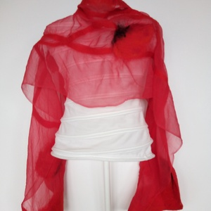 Piros hernyóselyemre nemezelt pipacsos sál, Táska, Divat & Szépség, Ruha, divat, Sál, sapka, kesztyű, Kendő, Sál, Selyemfestés, Nemezelés, 100% hernyóselyem -chiffon- és a legfinomabb ausztrál merinógyapjú összedolgozásával készült különle..., Meska