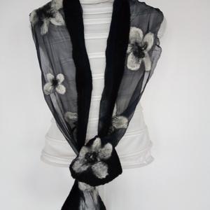 Fekete-fehér nuno sál. Fekete hernyóselyemre-chiffonra-nemezelt fehér virágok, Táska, Divat & Szépség, Ruha, divat, Sál, sapka, kesztyű, Kendő, Sál, Selyemfestés, Nemezelés, 100% hernyóselyem -chiffon- és a legfinomabb ausztrál merinógyapjú összedolgozásával készült ez a  s..., Meska