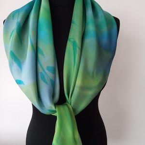A zöld és a kék finom árnyalataira festett igen jó minőségű (90x90cm) hernyóselyem kendő, Táska, Divat & Szépség, Ruha, divat, Sál, sapka, kesztyű, Kendő, Sál, Selyemfestés, Kézzel festettem , magam terveztem ezt a zöldes-kékes árnyalatú stilizált hínár mintás selyemkendőt ..., Meska