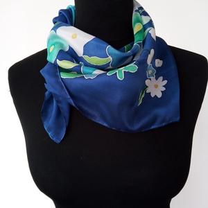 kék- fehér-zöld virág mintás (55x55cm ) hernyóselyem kendő, Táska, Divat & Szépség, Ruha, divat, Sál, sapka, kesztyű, Kendő, Hajbavaló, Selyemfestés, Kézzel festett, saját tervezésű hernyó- selyem kendő. A szín és a minta alkalmassá teszi a kendőt  h..., Meska