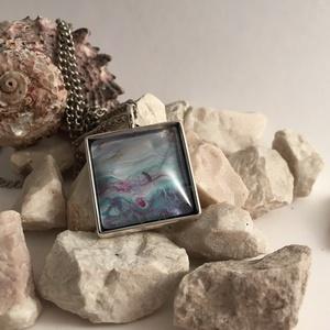 Pasztell medál, Ékszer, Medál, Ékszerkészítés, Festészet, 2x2 cm méretű, egyedi üveglencsés medál, Meska