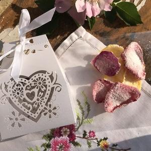 Kandírozott virágok csipkedobozban, Esküvő, Meghívó, ültetőkártya, köszönőajándék, Kulinária (élelmiszer), Élelmiszer előállítás, Kandírozott virágok - ibolya, árvácska, rózsaszirom, évszaktól függően - romantikus díszdobozban. A ..., Meska