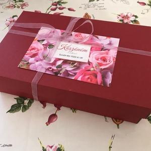 Mesés rózsás ajándékdoboz, Élelmiszer, Ajándék gasztro kosár, Élelmiszer előállítás, Meggypiros papírdoboz, 285x180x75 mm, virágmintás üdvözlőkártyával és finom szalaggal. Az üdvözlőkár..., Meska