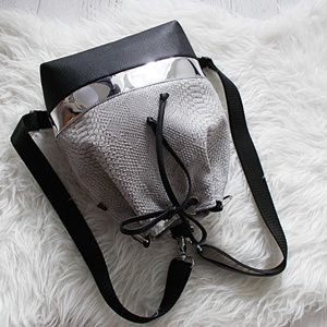 Bow táöbbfunkciós 3 in1hátizsák/válltáska, Táska & Tok, Variálható táska, Varrás, Szürke kígyóbőr mintás műbőrből,tükörfényes ezüst és  fekete műbőrből készítettem ezt a női táskát,a..., Meska
