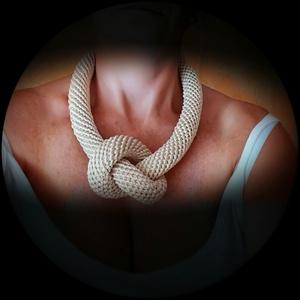 Fehér horgolt csomó nyaklánc (gabeszkusz13) - Meska.hu