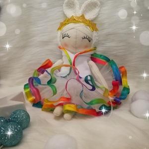 Nyuszkóbaba, Gyerek & játék, Játék, Plüssállat, rongyjáték, Baba, babaház, Karácsony, Karácsonyi dekoráció, Baba-és bábkészítés, Varrás, Édes kis hókirálynő nyuszkóbaba színes szalagos tüll ruhában csak rád vár hogy játsz vele.\n\nMagasság..., Meska