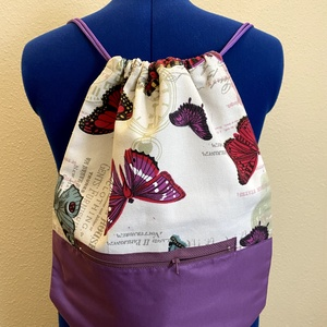 Tornazsák / hátizsák, Táska, Divat & Szépség, Táska, Hátizsák, Válltáska, oldaltáska, Varrás, Tornazsák fazonú hátizsák lila színű vízálló textil és lepke mintás pamutvászon felhasználásával. \nZ..., Meska