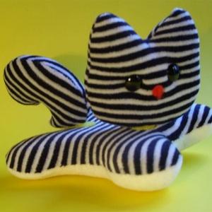 Tépőzáras cica, Gyerek & játék, Játék, Készségfejlesztő játék, Plüssállat, rongyjáték, Játékfigura, Baba-és bábkészítés, Variálható termékcsaládom egyik figurája.\r\nmérete: 15x12 cm, Meska