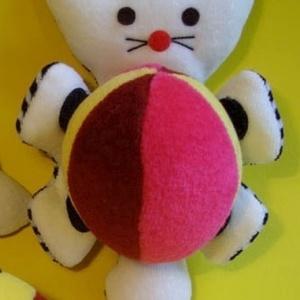 Tépőzáras cica labdával, Játék, Gyerek & játék, Játékfigura, Készségfejlesztő játék, Plüssállat, rongyjáték, Baba-és bábkészítés,  Labda tároló cica.\r\nA mancsaiból kivehető a labda.\r\nA cica önállóan is tud működni, pl: kapaszkodha..., Meska