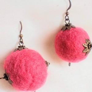 AKCIÓS Rózsa neve (nemez fülbevaló) 2900,- helyett!, Ékszer, Fülbevaló, Ékszerkészítés, Nemezelés, Saját készítésű rózsaszín nemezgolyóból, réz gyöngykupakból készült ez a bohém egyedi fülönfüggő.\nát..., Meska