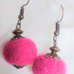 AKCIÓS Rózsabimbó(nemez fülbevaló) 2900,- helyett!, Ékszer, Fülbevaló, Ékszerkészítés, Nemezelés, Saját készítésű rózsaszín nemezgolyóból, réz gyöngykupakból készült ez a bohém egyedi fülönfüggő.\nát..., Meska
