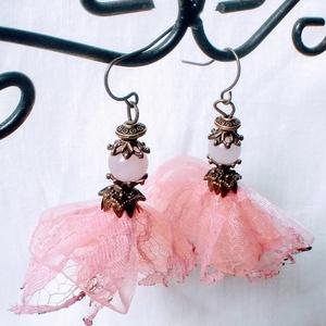 Szellő szárnyán (organza fülbevaló), Ékszer, Esküvő, Fülbevaló, Esküvői ékszer, Ékszerkészítés, Romantikus és bohém fülbevaló organza szirmokból, csipkéből. Rózsakvarcot csipkézett réz gyöngykupa..., Meska