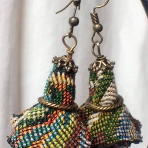 Szavanna (textil fülbevaló), Ékszer, Fülbevaló, Ékszerkészítés, Bohém fülbevaló. Csipkézett réz gyöngykupak fogja össze a szavanna mintás textilvirágot.\n\nIzgalmas, ..., Meska