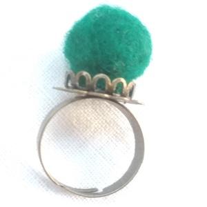 Bimbó (nemez gyűrű), Ékszer, Gyűrű, Ékszerkészítés, Nemezelés, Bohém gyűrű színes nemez gömbből és állítható virágos réz gyűrűalapból.\n\nÁtvétel/szállítás: \nSzemély..., Meska