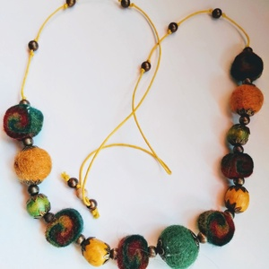 bohemian colors (nemez Nyaklánc), Ékszer, Nyaklánc, Nemezelés, Ékszerkészítés, Bolondos, feltűnő nemez nyaklánc, bohém sárga-zöld és bordó színben, sárga zsinóron, fa és réz gyöng..., Meska