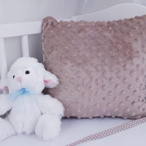Rácsvédő párna, Párna & Párnahuzat, Lakástextil, Otthon & Lakás, Varrás, Praktikus rácsvédő párna, barna minky.\n\nKiságyon kívül is használhatóak a párnák, ha már a baba kinő..., Meska