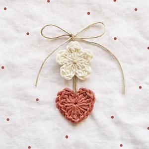 Horgolt lakás dekoráció, Függődísz, Dekoráció, Otthon & Lakás, Horgolás, Natúr színű horgolt virágból és mályva színű horgolt szívből készült szoba dekoráció. A virág közepé..., Meska