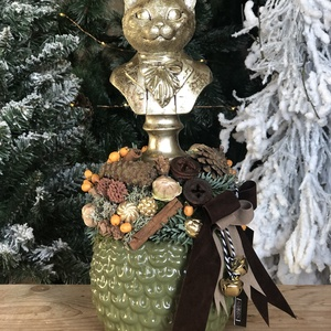 Karácsonyi asztaldísz macska figurával, Karácsony & Mikulás, Virágkötés, Karácsonyi asztaldísz macska figurával.\nMérete: 14 x 14 cm, magassága 32 cm, Meska