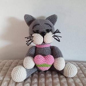 Horgolt cica, Cica, Plüssállat & Játékfigura, Játék & Gyerek, Horgolás, Horgolt, amigurumi technikával készült cica, szívecskével a kezében. Mérete kb 20 cm., Meska
