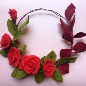 Rózsás koszorú, Dekoráció, Otthon, lakberendezés, Ajtódísz, kopogtató, Koszorú, Virágkötés, Papírművészet, Rózsákból és levelekből összeállított koszorú, krepp papírból és drótból készítve. Egész évben dísz..., Meska