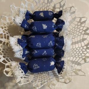 Textil szaloncukor , Otthon & Lakás, Karácsony & Mikulás, Karácsonyfadísz, Varrás, Kék-ezüst karácsonyi pamutvászonból egyedi textil szaloncukrot készítettem, melyet fehér pamut csipk..., Meska