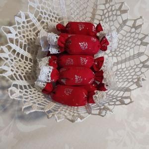 Textil szaloncukor , Otthon & Lakás, Karácsony & Mikulás, Karácsonyfadísz, Varrás, Piros-ezüst karácsonyi pamutvászonból egyedi textil szaloncukrot készítettem, melyet fehér pamut csi..., Meska