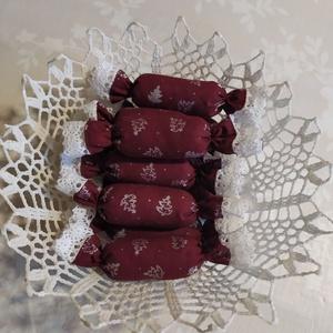 Textil szaloncukor , Otthon & Lakás, Karácsony & Mikulás, Karácsonyfadísz, Varrás, Bordó-ezüst karácsonyi pamutvászonból egyedi textil szaloncukrot készítettem, melyet fehér pamut csi..., Meska