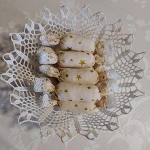 Textil szaloncukor , Otthon & Lakás, Karácsony & Mikulás, Karácsonyfadísz, Varrás, Krém-arany karácsonyi pamutvászonból egyedi textil szaloncukrot készítettem, melyet fehér pamut csip..., Meska
