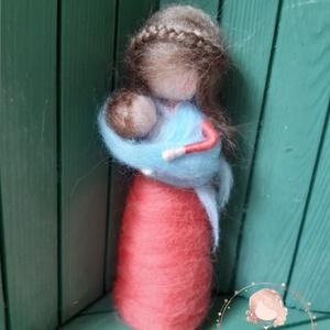 Tűnemezelt anya újszülött gyermekével , Otthon & lakás, Dekoráció, Nemezelés, Pihe, puha gyapjúból készült babuska. \n\nKézzel készült, tűnemezelve .\nDekoráció\n\nKb. 11 cm.\n..., Meska