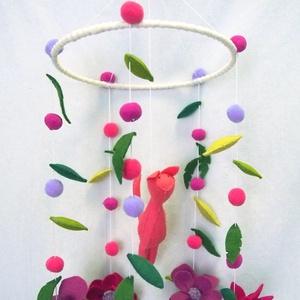 kiságyforgó - cica virágok közt, Játék & Gyerek, 3 éves kor alattiaknak, Kiságyforgó, Varrás, Rózsaszín cica virágok körtáncában. Marokállatka kiságyforgón. Igazán lányos összeállítás.\n\nMérete:\n..., Meska