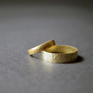 kovácsolt jegygyűrűpár, Esküvő, Ékszer, Karikagyűrű, Ékszerkészítés, Ötvös, Kovácsolt felületű jegygyűrűpár \naz ár 14 karáros aranyra vonatkozik.\nés 3és 5 mm szélességre\nbelső ..., Meska