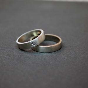 ujlenyomatos jegygyűrűpár, Esküvő, Ékszer, Karikagyűrű, Ékszerkészítés, Ötvös, szálracsiszolt jegygyűrűpár\naz ár 14 karáros aranyra vonatkozik, 5 mm szélességre\na nőiben kis gyémá..., Meska