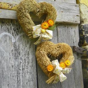 Vintage szív-Country-Varázslatos romantika- EGYEDI koszorú,ajtódísz,kopogtató, Ajtódísz & Kopogtató, Dekoráció, Otthon & Lakás, Virágkötés, Mindenmás, \nFalidiszként,ajtókopogtatóként is meg állja helyét.\n\nEgyszerű és mégis elegáns.\nSziv formára hajtot..., Meska