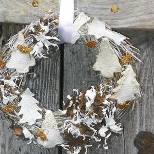 Havas hegyoldal-téli ,adventi ,ajtódísz,koszorú,kopogtató, Otthon & Lakás, Karácsony & Mikulás, Karácsonyi kopogtató, Újrahasznosított alapanyagból készült termékek, Virágkötés, Természetes anyagok felhasználásával készült a díszem.EGYEDI\nméret 25cm\n, Meska