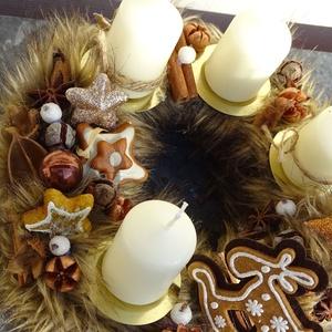 -Mézeskalács , szőrmes, adventi ,karácsonyi koszorú,asztaldísz, Otthon & Lakás, Karácsony & Mikulás, Adventi koszorú, Újrahasznosított alapanyagból készült termékek, Virágkötés, Advent idején illatos asztaldísz,\nA karácsonyi illat-,fahéj,ánizs, rénszarvas díszitve\nméret 25cm..., Meska