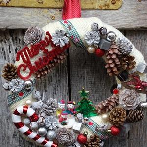 Karácsonyi mese- kötött téli,adventi koszorú,ajtódísz-nagy méret, Adventi koszorú, Karácsony & Mikulás, Otthon & Lakás, Virágkötés, Karácsonyi mese-egy történet jut eszembe ,ha megpillantom az ajtódíszt.gazdagon díszitett. méret 36-..., Meska