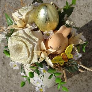 Nyuszi ül a fűben... Arany tojás...Húsvéti asztaldísz ,lakásdekoráció, Otthon & Lakás, Dekoráció, Asztaldísz, Virágkötés, Húsvéti,tavaszi lakásdekoráció\n\nméret 23x16cm, Meska