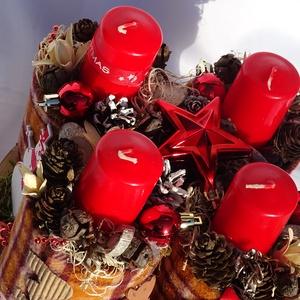 --Karácsonyi -Adventi egyedi asztaldísz,koszorú, Dekoráció, Otthon & lakás, Lakberendezés, Dísz, Asztaldísz, Virágkötés, Újrahasznosított alapanyagból készült termékek, Trendi,természetes,,kockás,és piros ,igy jellemezném  a asztaldíszem.\n Nagyon szeretem meleg színeit..., Meska