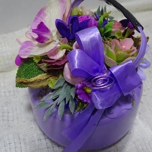 Lila hangulat- kiskertemben Asztaldísz,lakásdekoráció, Otthon & Lakás, Dekoráció, Asztaldísz, Virágkötés, Anyáknapja - kedves kis ajándék. lakásdekoráció kiskanna virágokkal \n\nméret 20cm+mag 18cm\n\n, Meska