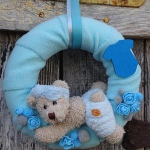 BABAváró ajtódísz,falidísz, Otthon & Lakás, Dekoráció, Ajtódísz & Kopogtató, Virágkötés, Kedves kis ajándék,kisfiú baba látogatásra.-hasaló macikával\n\n fa ruhára név irható !!!!\n\nméret 25cm..., Meska